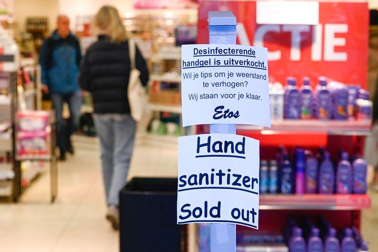 Bij een Etos is Rotterdam was de handgel tijdelijk uitverkocht, maar advies was er wel. Beeld Hollandse Hoogte / Peter Hilz