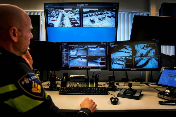 Politieagent Dennis bekijkt op het politiebureau in Nijmegen de camerabeelden van de markt in Druten en Wijchen.