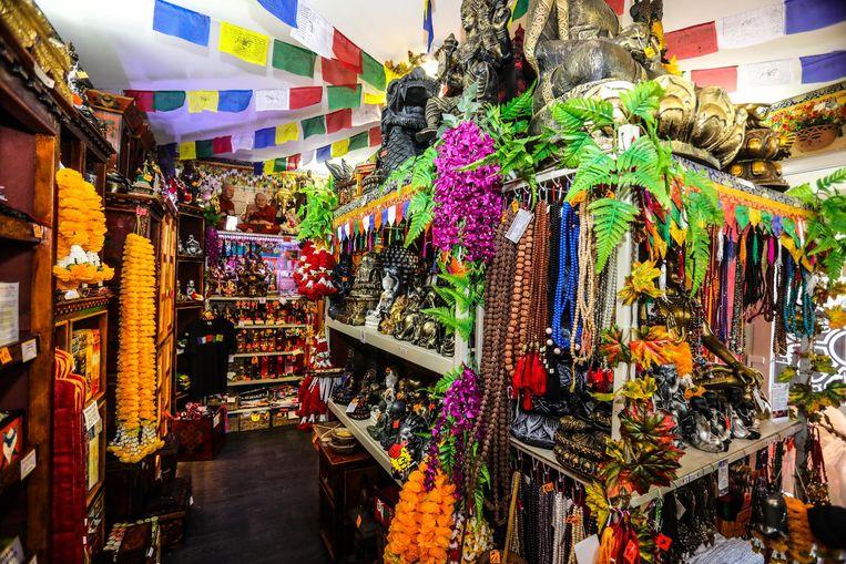 Het winkeltje puilt uit van de boeddhistische voorwerpen.
