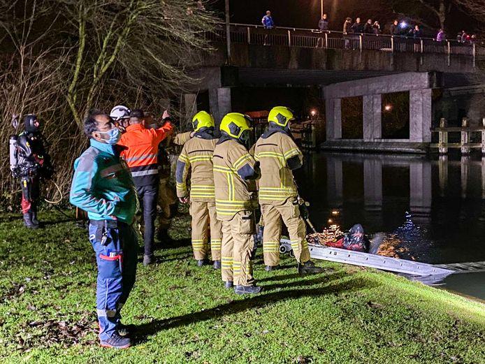Hulpdiensten hebben donderdagavond het water en de omgeving rondom de Deltabrug in Hardinxveld-Giessendam uitgekamd na de vondst van een verlaten stapeltje kleding. De zoektocht leverde echter niets op.