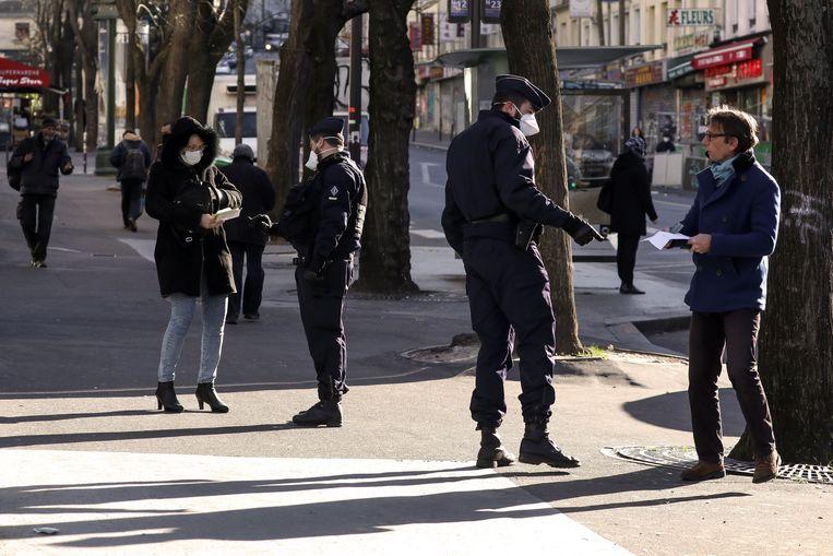 In Frankrijk moet iedereen een formulier bijhebben om aan te tonen dat ze met een geldige reden op straat komen. De politie kijkt erop toe dat de lockdown goed wordt nageleefd.