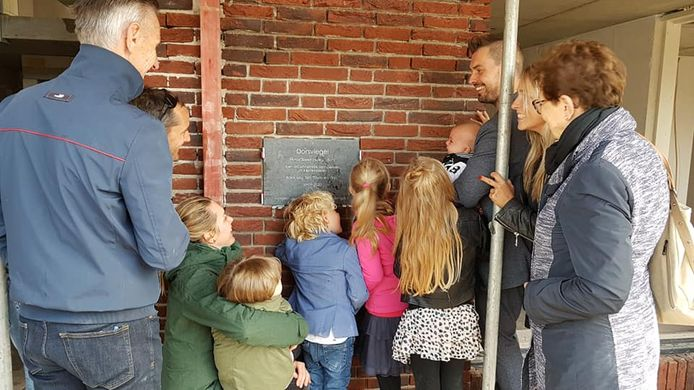 Rien (links) en Annemiek van Gerven (rechts) onthullen met hun kinderen en kleinkinderen de gevelsteen  in de voormalige discotheek.