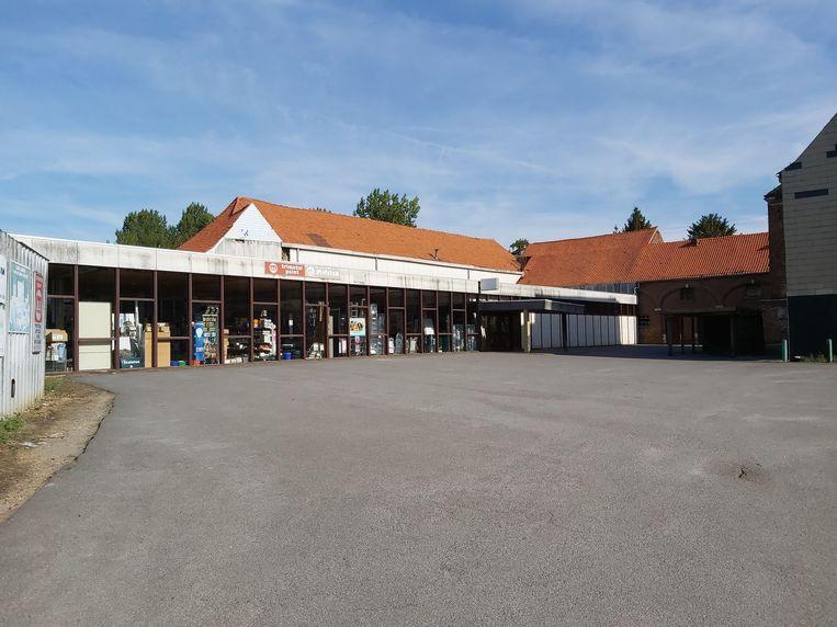 De huidige toonzaal Vandermolen, waar de OKAY gepland is,  met links en achteraan Den Engel