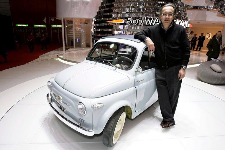 Sergio Marchionne bij een originele Fiat 500 in 2007, het jaar waarin Fiat de succesvolle opvolger van de 500 presenteerde.  Beeld null