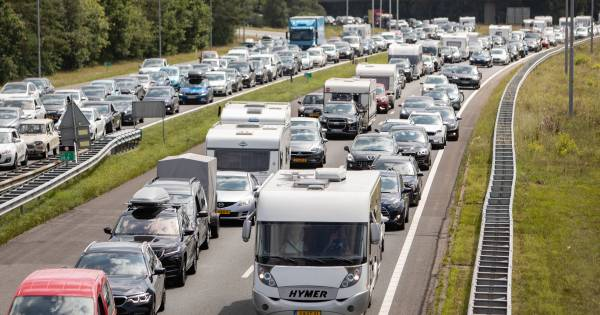 Forse vertraging op de A1 tussen Apeldoorn en Barneveld door ongeluk met drie autos.