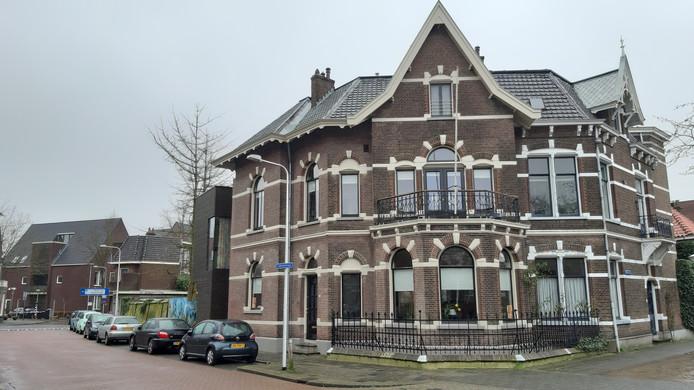 Het gemeentelijk monument op de hoek Zuiderkerkstraat en Tuinstraat is een twee-onder-een-kapwoning.