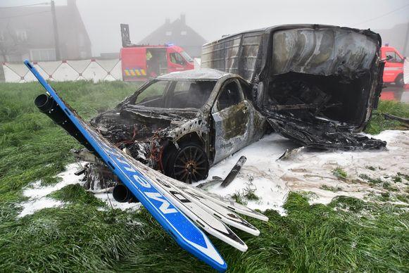 De bestelwagen en de Mercedes brandden volledig uit op de wei waarop ze waren beland.