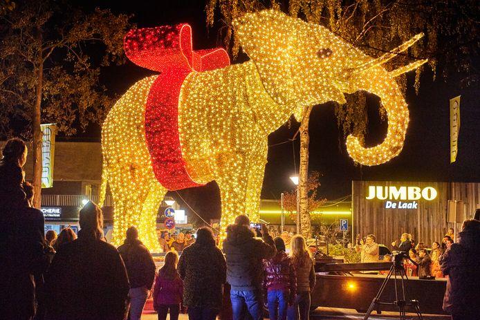De Jumbo-olifant wordt op zijn plek gezet.