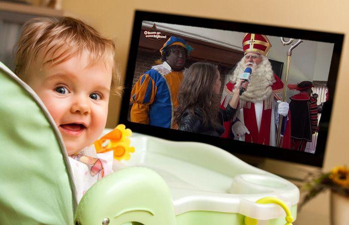 Kinderen kijken naar het Sinterklaasjournaal.