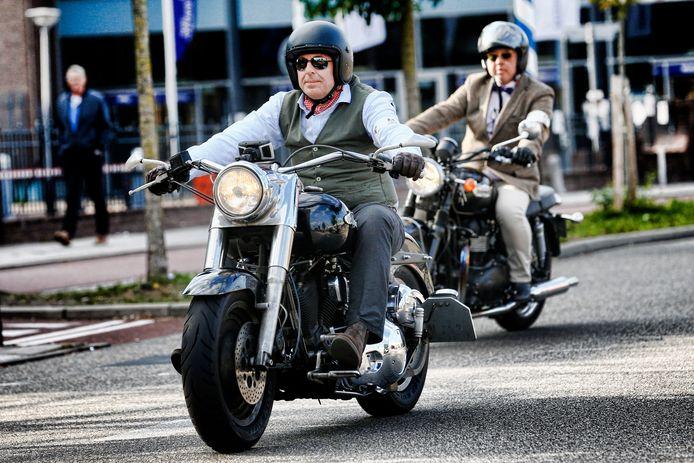 The Distinguished Gentlemen's Ride. Mannen chic in pak op de motor.