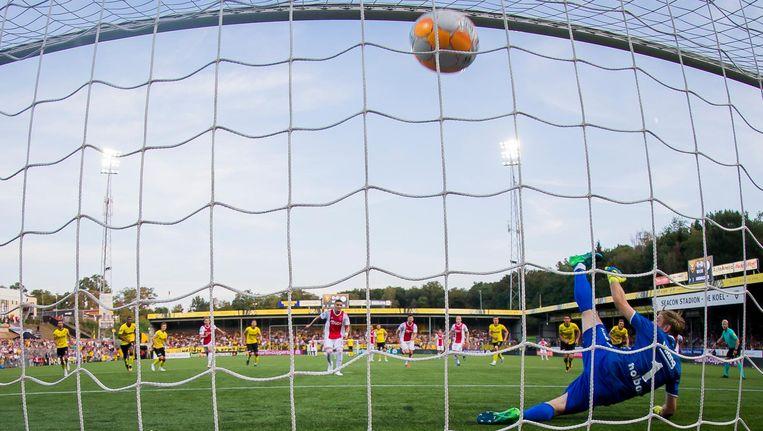 Dusan Tadic schiet de bal in het doel Beeld Pro Shots/ Joep Leenen