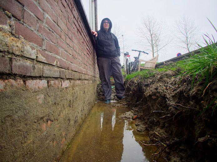 Het water staat tot tegen de huizen bij het Kanaal in Sluiskil.