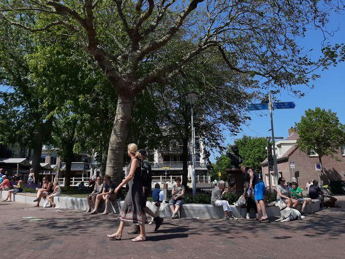 Hemelvaartsdag 2020 in Domburg. Door corona waren de Ooststraat en Weststraat afgesloten voor auto's en fietsers. Vrijwillige corona coaches moesten het publiek wijzen op de maatregelen.