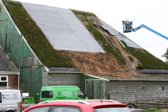 Het lekke dak op op de boerderij aan de Industrieweg in Mijdrecht wordt eindelijk hersteld