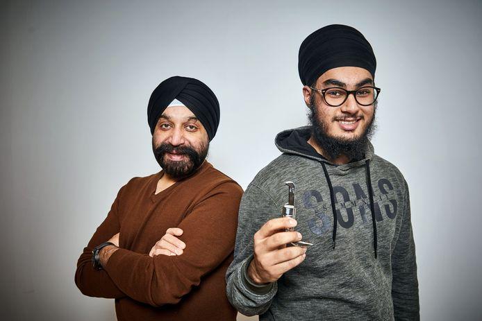 Praveen Singh Soni naast zijn vader. In zijn hand de gewraakte kirpan.