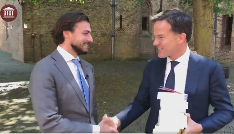 Thierry Baudet biedt zijn boeken aan aan premier Mark Rutte. Foto Twitter FvD Beeld rv FvD