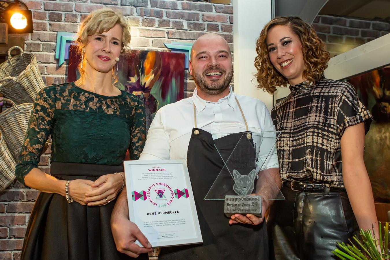 Horeca-ondernemer René Vermeulen, met rechts naast hem zijn vrouw Astrid, ontving vrijdagavond uit handen van staatssecretaris Mona Keijzer (links) de Initiatiefprijs 2019 tijdens het Aangenaam GoBoz Ondernemersgala in zijn eigen pop-up-restaurant Wild & Wijn Op het Ravelijn in Bergen op Zoom.