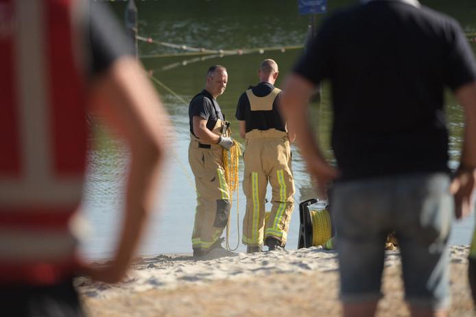 Er wordt door duikers gezocht naar de vrouw.