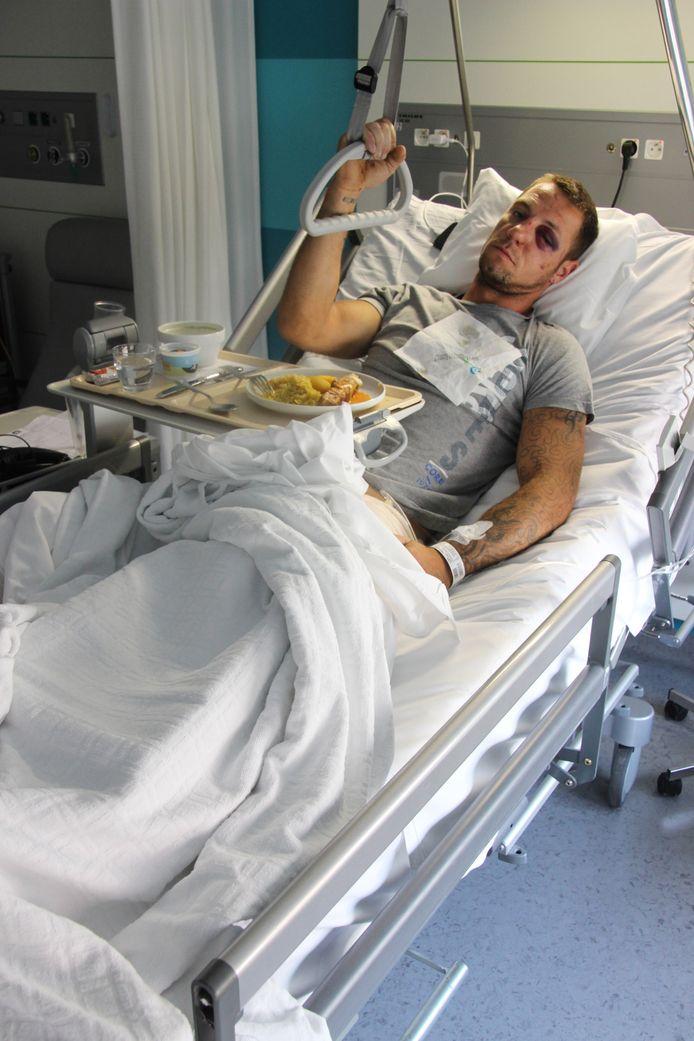 """Kevin Roose (31) herstelt in het ziekenhuis van meerdere breuken. """"Straks komen mijn vriendin en mijn zoontje van twaalf op bezoek, daar kijk ik al naar uit."""""""