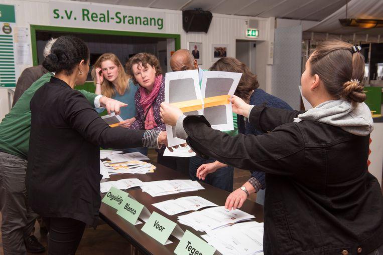 De stemmen worden geteld na het referendum over de Wiv. Beeld Els Zweerink