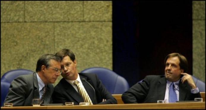 Premier Jan Peter Balkenende, minister Laurens Jan Brinkhorst (links, D66) en minister Alexander Pechtold (rechts, D66) voorafgaand aan het debat over de positie van D66 in de regering donderdagmiddag in de Tweede Kamer. ANP PHOTO ROBIN UTRECHT