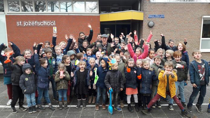 Jan van der Aa tussen de kinderen van de St. Jozefschool in Haghorst.