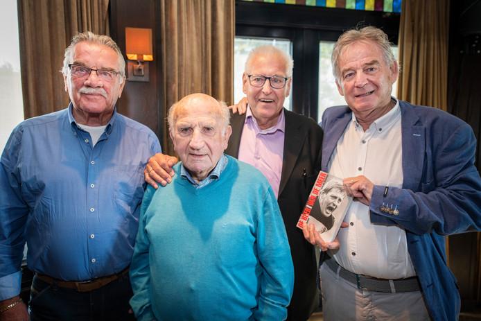 Vlnr: Willem de Vries, Kees Rijvers, Piet Schrijvers en Jan Bronkers bij de presentatie van de biografie 'De Beer van de Meer'