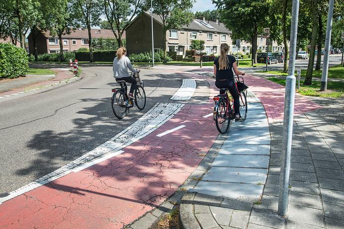 Onduidelijkheid over verlegd fietspad in bocht van de Zeggelaan: sla je rechtsaf over de aanpassing via voormalig trottoir, of volg je het nog bestaande fietspad over de weg ?