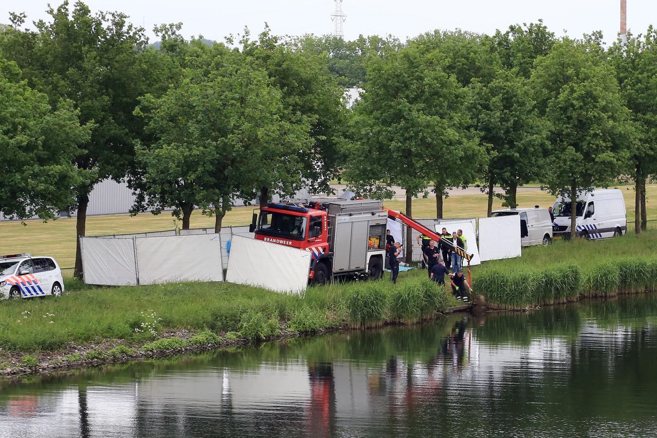Politie en brandweer halen op 19 mei 2016 het lichaam van Bart Hillen uit het kanaal bij Helmond. Een week later werd zijn zoon opgepakt en uiteindelijk veroordeeld tot twintig jaar cel
