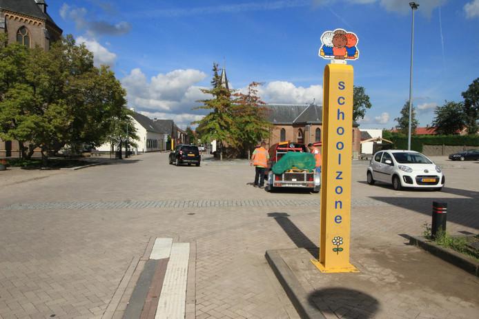 De schoolzone in Zegge wordt sinds deze week extra gemarkeerd door twee gele zuilen met bovenop een Bruna-illustratie.