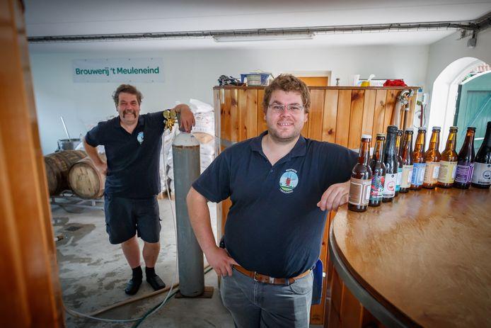 Vader Jan en zoon Joost Dommisse draaien met groot succes bierbrouwerij 't Meuleneind in Hoeven.