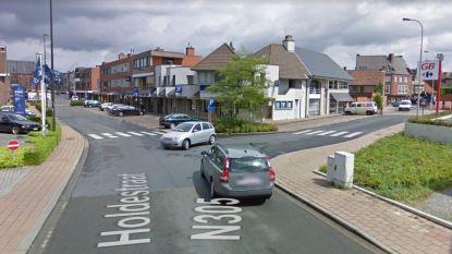 Zichtbaarheid aan kruispunt verbetert: fietsrekken vervangen parkeerplaatsen