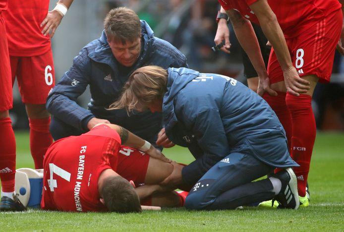 Niklas Süle grijpt naar zijn knie in het duel met FC Augsburg.