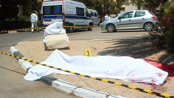 Een slachtoffer van de schietpartij in het Tunesische Sousse ligt bedekt onder een wit laken.
