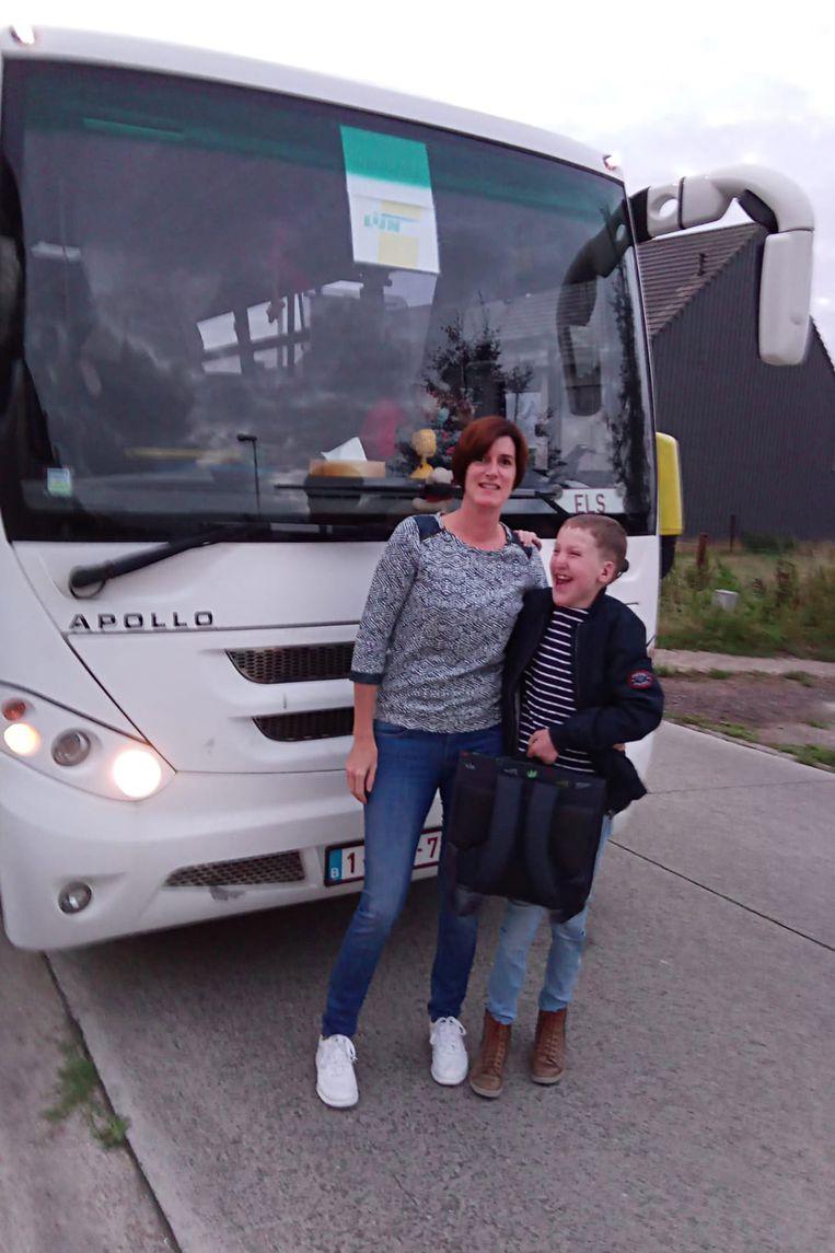 Mama Liesbeth zet zoontje Warre elke ochtend op de bus. De jongen heeft dan een traject van meer dan 2 uur voor de boeg.