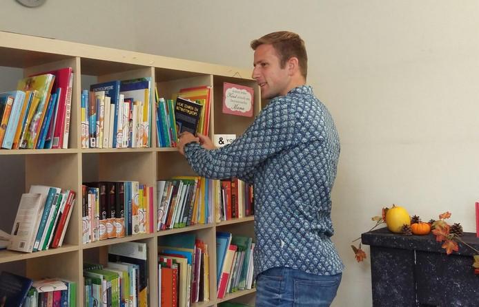 Zwerfboekenkast in de Beatrixschool in Goes.
