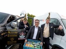 Enschedese prins carnaval haalt drank bij de voedselbank
