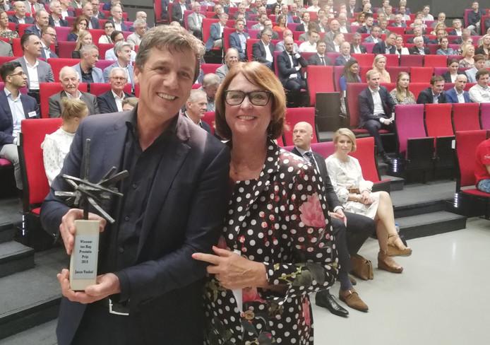 Wilma van Ingen overhandigt de prijs aan Jacco Vonhof.