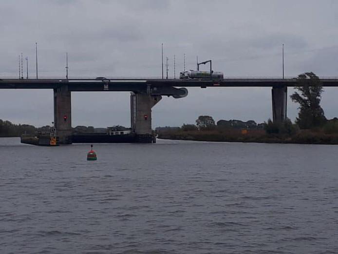 Schip blokkeert de IJssel bij Kampen.