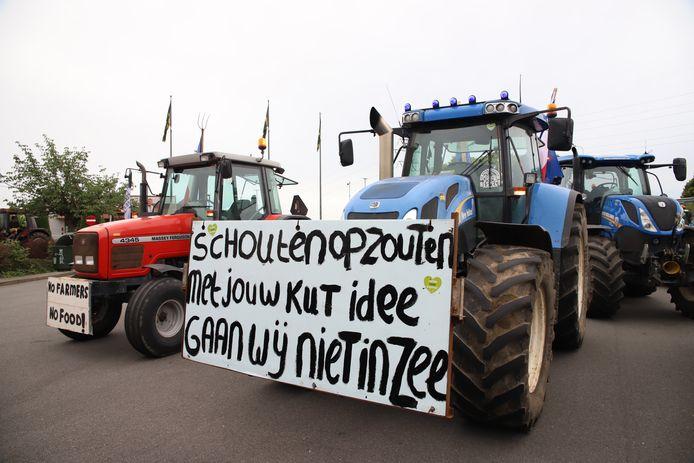 Boeren verzamelen zich bij de McDonalds in Tiel.