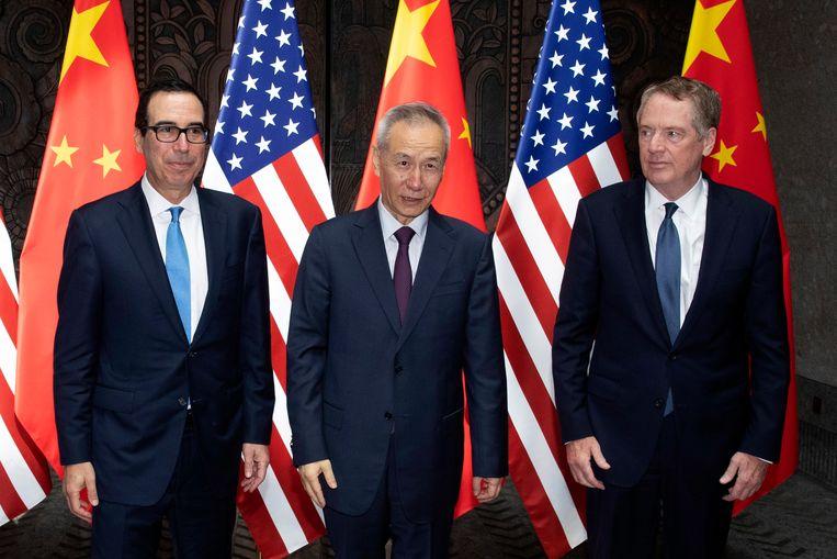 De Chinese Vice Premier Liu He, tussen de Amerikaanse vertegenwoordigers, Robert Lighthizer (rechts) en Steve Mnuchin (links).(Photo by Ng Han Guan / POOL / AFP)