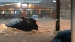 Man wordt meegesleurd door overstroming, om zich te redden springt hij op dak van auto