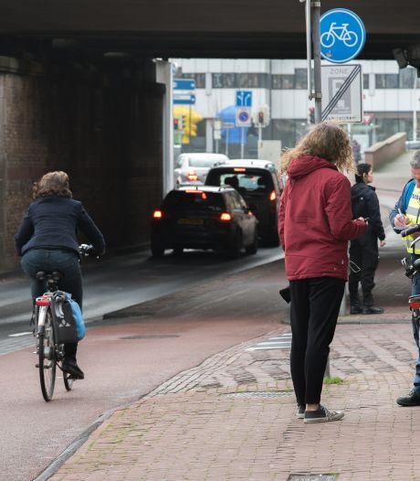 Veertien fietsers op de bon bij populaire doorsteek aan verkeerde kant Brinkgreverwegtunnel in Deventer<br>