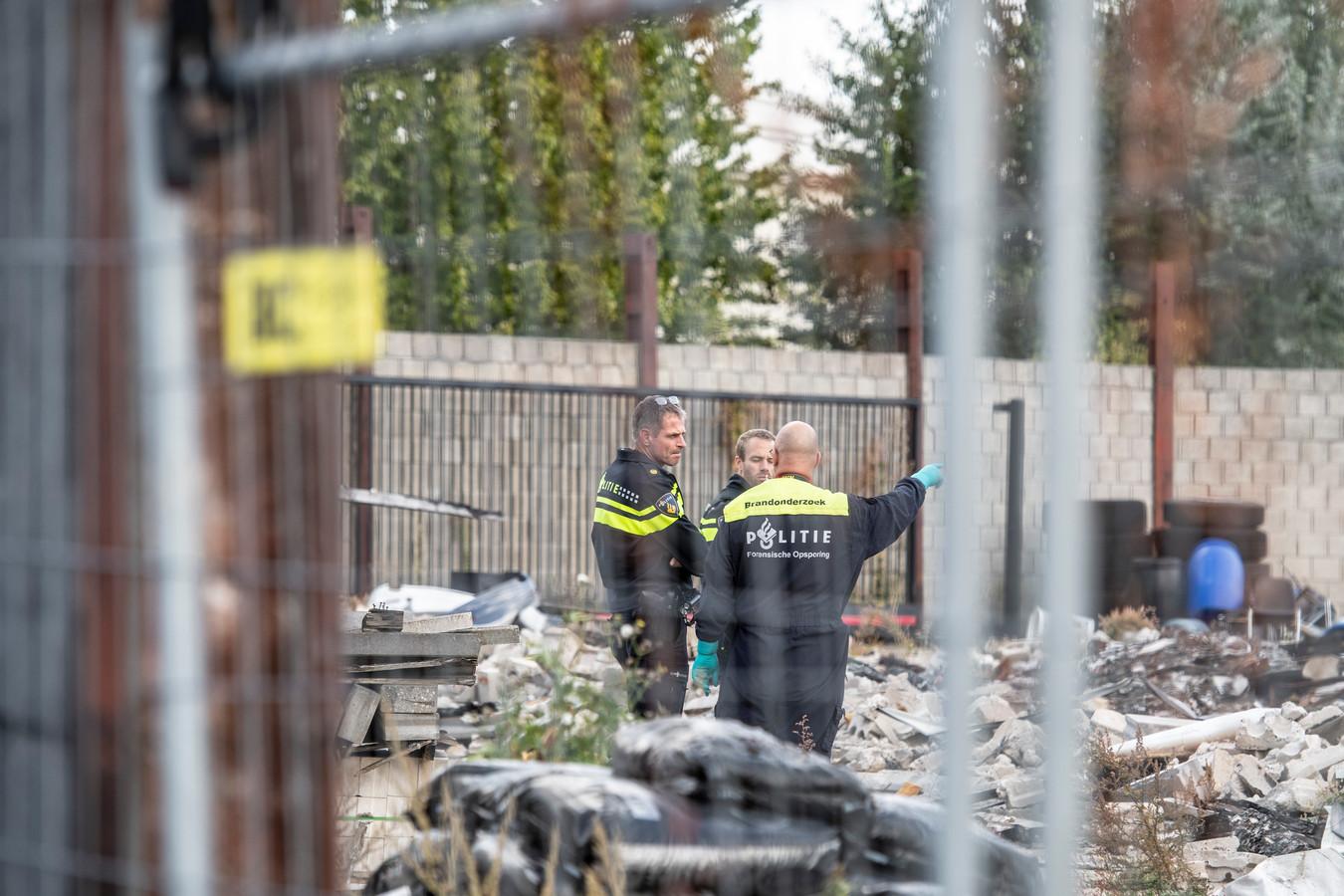 De politie onderzoekt de brand bij een bedrijf in tweedehands vrachtwagens in Nijmegen.