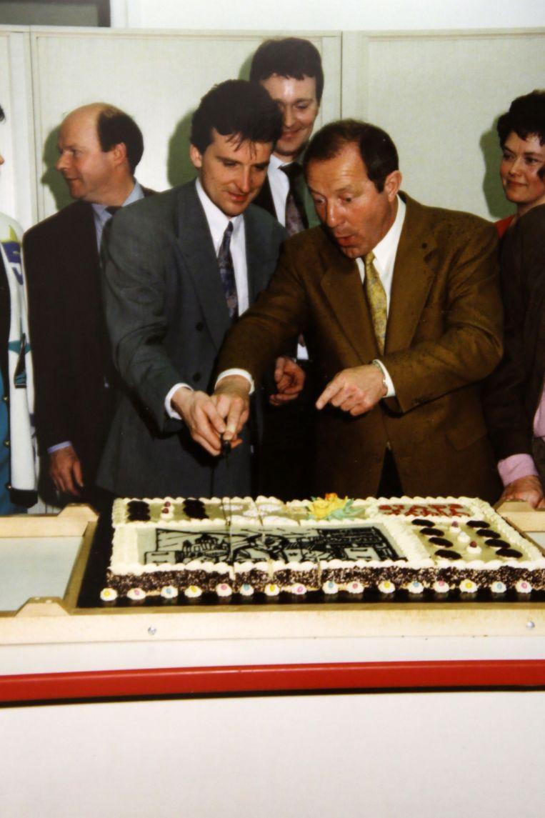 Halle - 30 jaar Stadsradio Halle Chris Vanderroost en Walter Capiau snijden de taart aan na de verhuis van de studio's naar Halle begin jaren negentig.