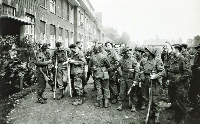 Schijndel op maandag 23 oktober 1944, rond de middag bij het Lidwina Gasthuis. Britse manschappen van de 5th Black Watch hebben net Schijndel bevrijd. Ze schudden hier de handen van de Amerikaanse Airborne-piloten en gliderpiloten die waren ondergedoken in Huize Lidwina. De foto werd gemaakt door oorlogsfotograaf Bill Warhurst van The Times. De foto staat in het boek De Bevrijders van Schijndel van Dirk Paagman.