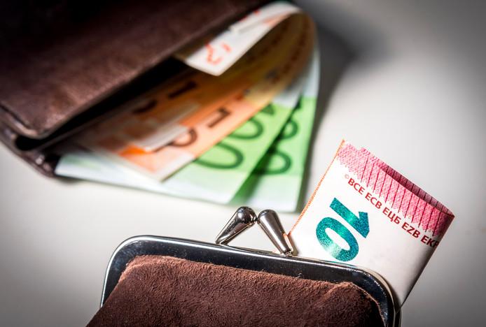 De vrouw en haar vriend verduisterden geld van de goed gevulde rekening van vader, terwijl die laatste van een tientje per week moest rondkomen.