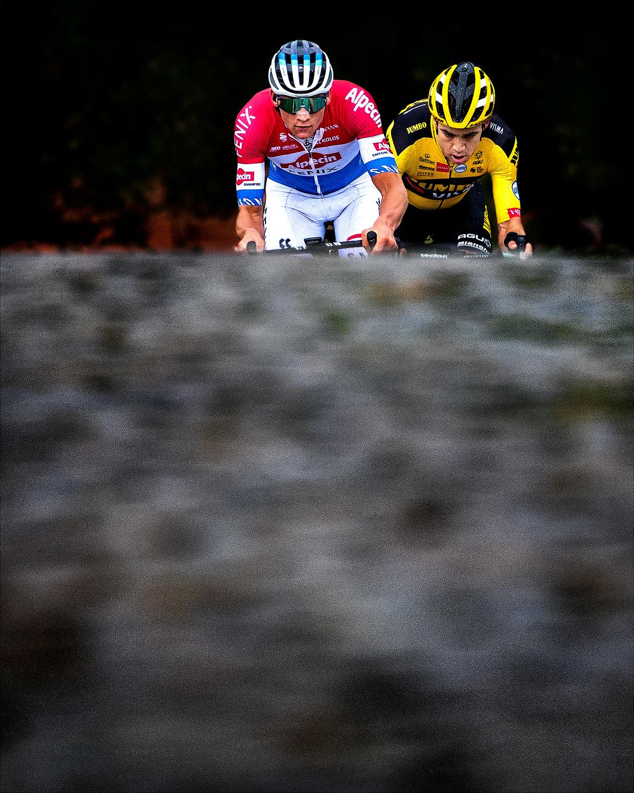 Mathieu van der Poel (links) en Wout van Aert tijdens de laatste beklimming van de Paterberg op 13 kilometer van de finish.