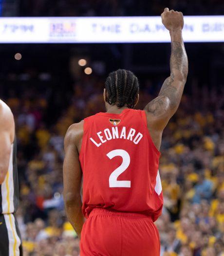 Les Warriors félicitent les Raptors avec la manière