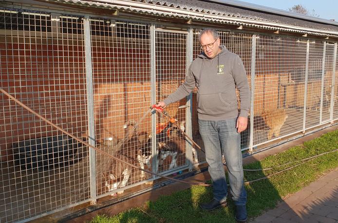 Marc aan de kooien van de honden in Hoeve Hoogland.